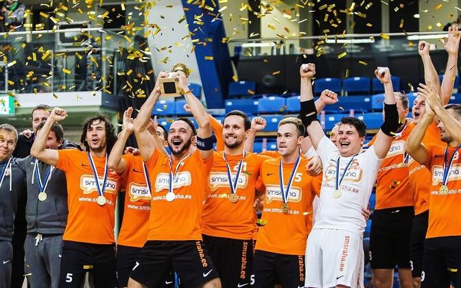 Победу празднуют игроки клуба из Виймси.