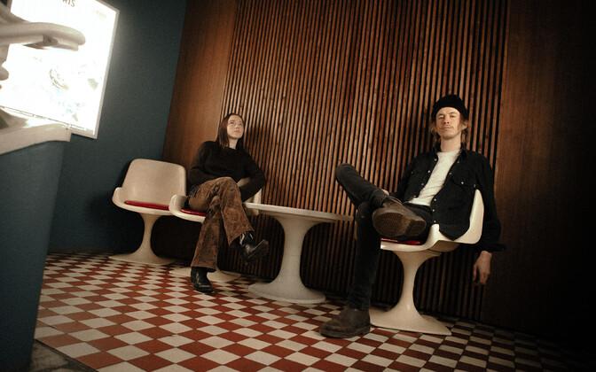 Holy Motors. Pildil laulja Eliann Tulve ja kitarrist-laulukirjutaja Lauri Raus.