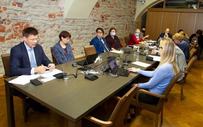 Üllar Lanno sotsiaalkomisjoni koosolekul.