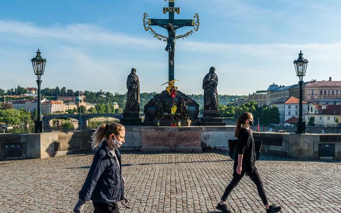 Maskides inimesed Tšehhi pealinnas Prahas Karli sillal.