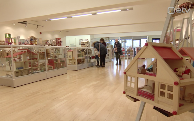 На выставке представлено около ста экспонатов.
