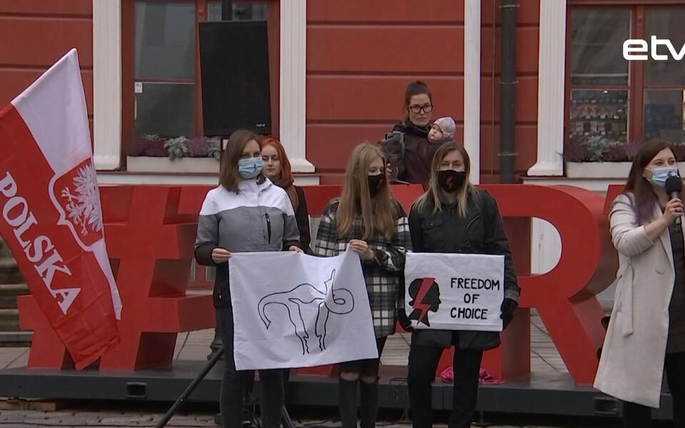 Жители Тарту устроили акцию в поддержку жителей Польши, которые протестуют против ужесточения Закона об абортах.