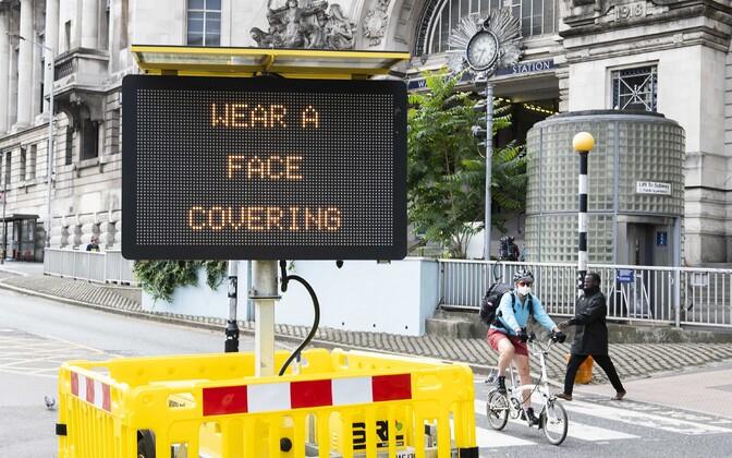 Maski kandmist kohustav silt tänaval.