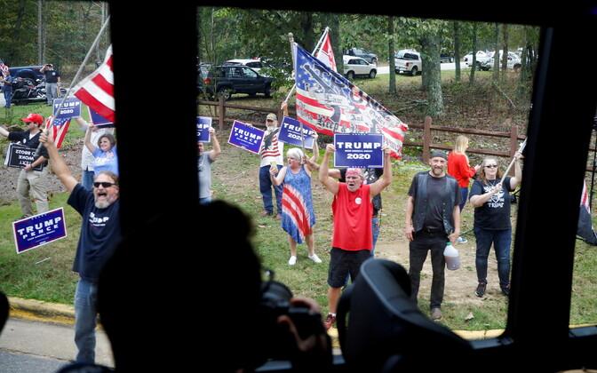 Vaade Joe Bideni kampaaniabussist, kus tee ääres on president Trumpi toetajad.