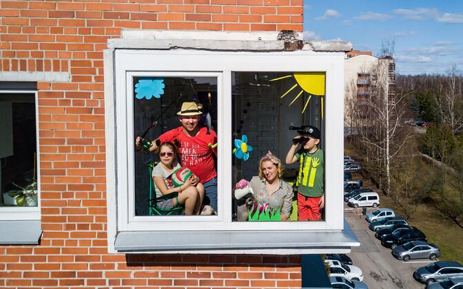 Kooronakarantiinis inimesed Vilniuses poseerimas oma koduaknal.