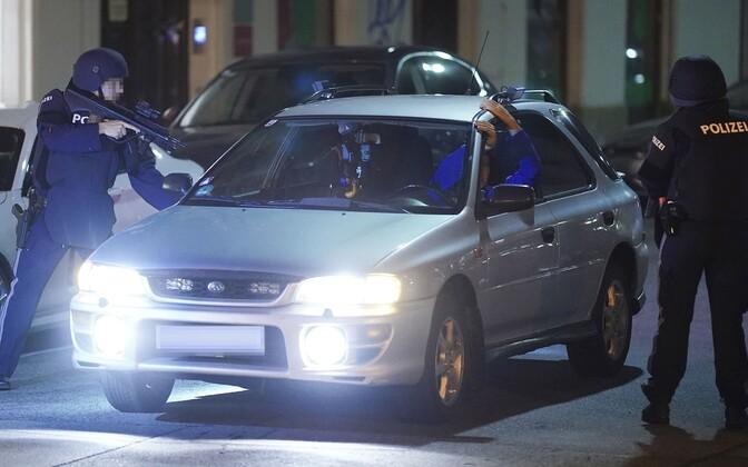 Relvastatud politseinikud Viinis autosid kontrollimas.