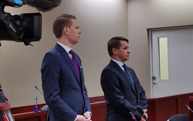 Валво Семиларски (справа) и его адвокат Оливер Няэес в зале суда.