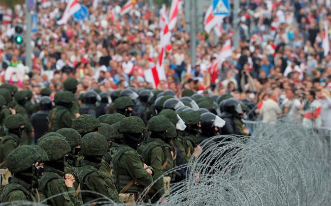 Valgevene julgeolekuüksused vastamisi võimuvahetust nõudva rahvaga.