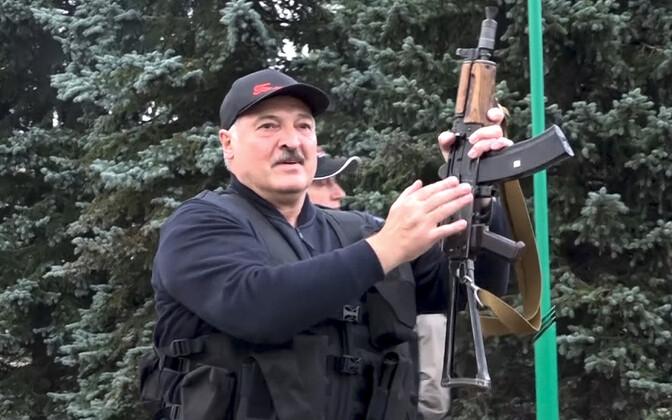 23. augustil lasi Aleksandr Lukašenko pildistada end Kalašnikovi automaadiga. Samal ajal toimus Minski tänavatel suurmeeleavaldus.