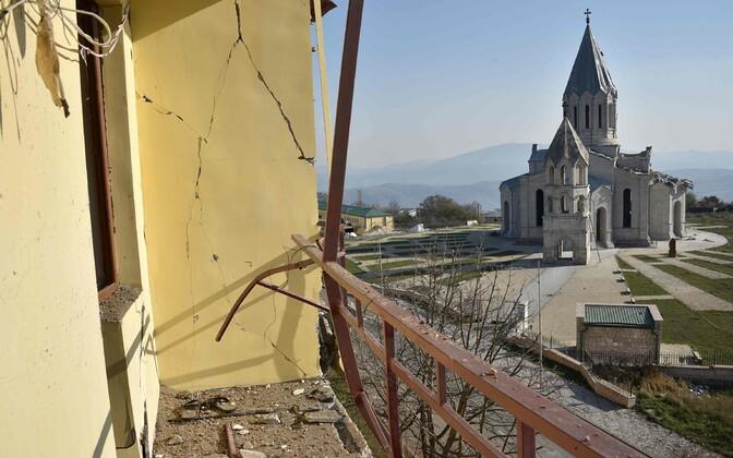 Vaade purustatud majast Šuša katedraalile.