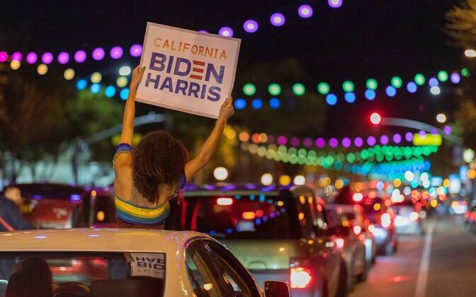 Inimised Califormias tähistamas Bideni võitu.