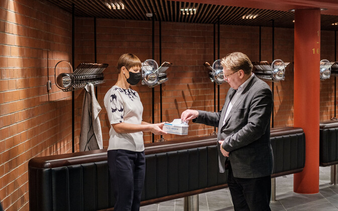 President Kersti Kaljulaid using, and giving out, a face-mask during here recent Viljandi County trip.