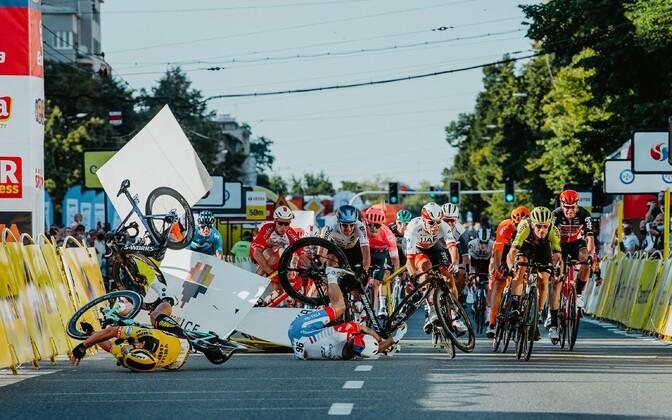 Dylan Groenewegen (kollases) põhjustas Poola velotuuri avaetapil õnnetuse, milles Fabio Jakobsen (pildil on näha vaid tema õhus olevat ratas) sai rängalt viga.