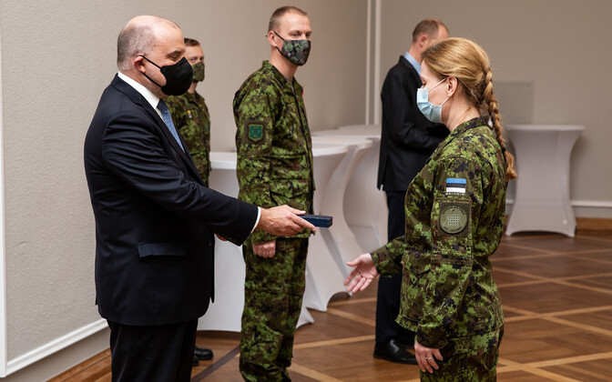 A solider recieving a medal from Minister of Defense Jüri Luik.