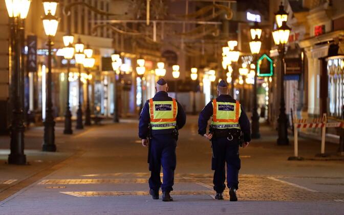 Соблюдение карантина контролируют полиция и военные.