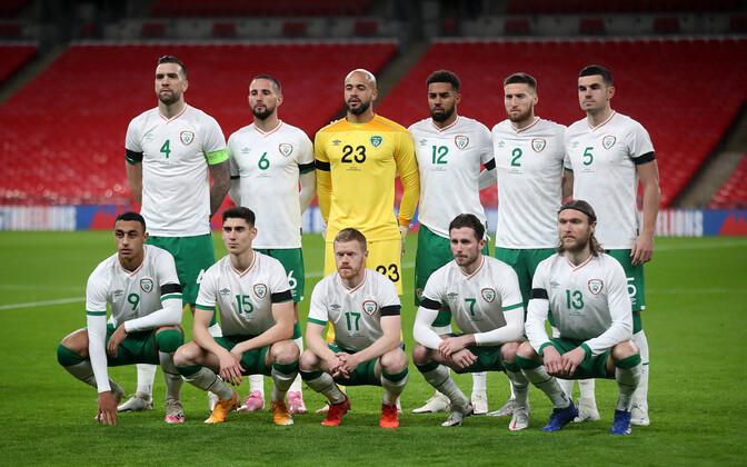 Iirimaa jalgpallikoondis maavõistlusmängus Inglismaa vastu. Alan Browne esireas paremalt teine