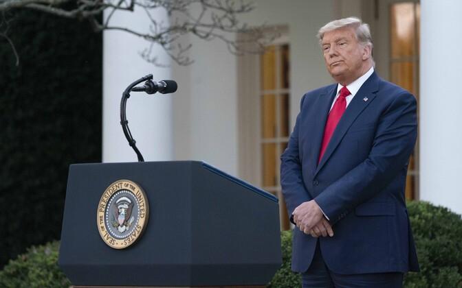 Donald Trump reedel pressikonverentsil. Ajakirjanike tähelepanu äratas presidendi tavalisest hallim juuste värv.