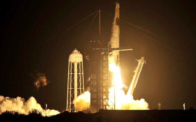 SpaceX Falcon 9 kanderakett stardib Kennedy kosmosekeskusest Crew Dragoni kosmosekapsliga, kus on neli USA astronauti.
