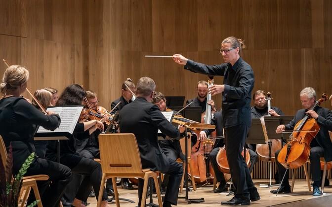 Таллиннский камерный оркестр и дирижер Андрес Кальюсте.