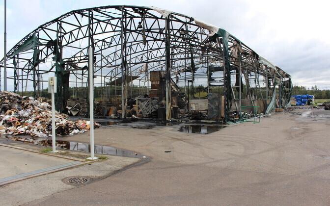 Во время пожара ангар станции по приему отходов выгорел полностью.