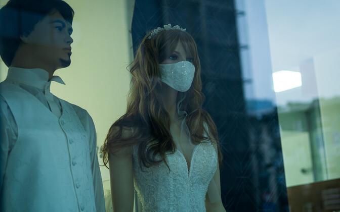 Maskidega mannekeenid pulmapoe vaateaknal
