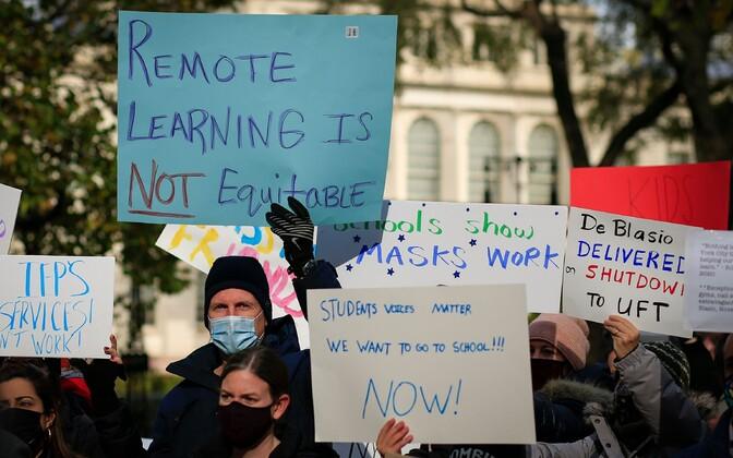 Lapsevanemad New Yorgi linnavalitsuse ees koolide sulgemise vastu protestimas.