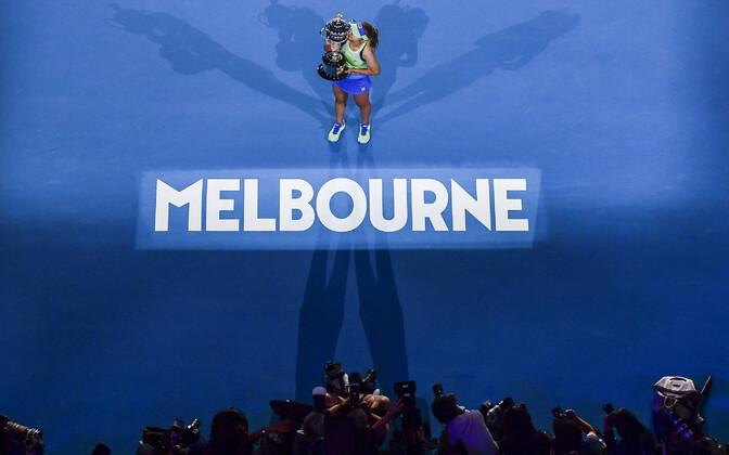 Sofia Kenin 2020. aasta Austraalia lahtiste võidutrofeega