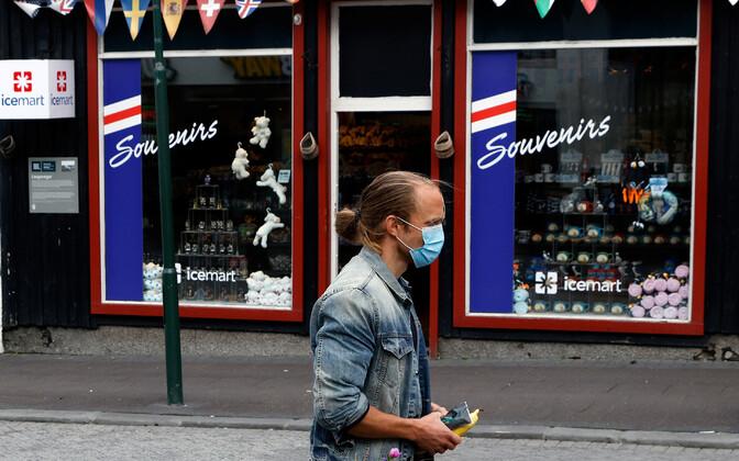 Mees maskiga Reykjavikis turistidele suunatud suveniiripoe ees.