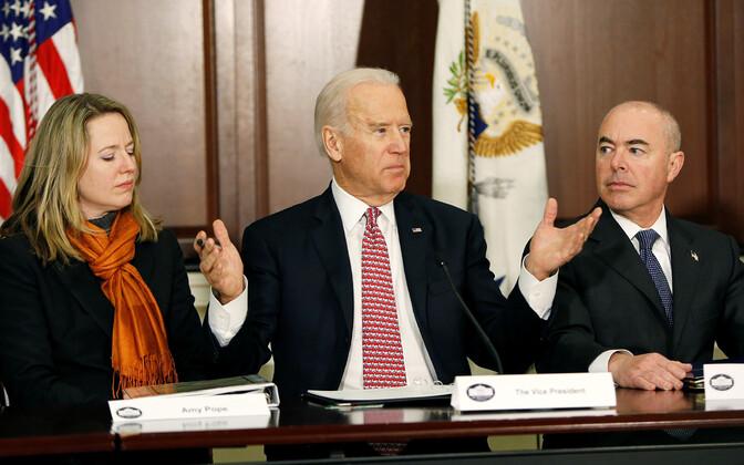 Joe Biden (keskel) ja Alejandro Mayorkas (paremal).