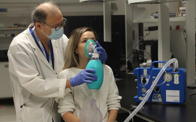 Toronto meditsiiniuuringute instituudi teadlane tööhoos.