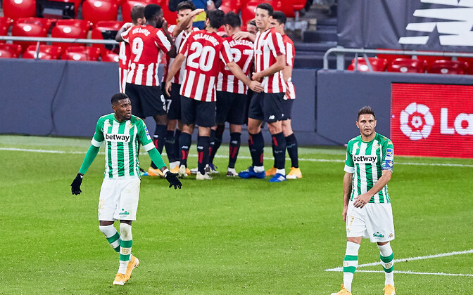 Bilbao mängijad tähistavad väravat, Betisi mängijad on nõutud.