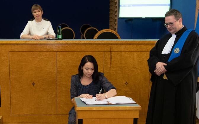 Аннели Отт во время принесения присяги членами XIV созыва Рийгикогу.
