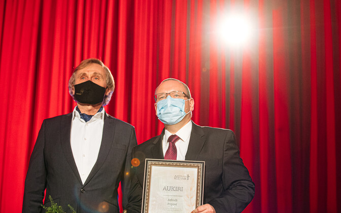 Arkadi Popov receiving the Citizen of the Year 2020 award.