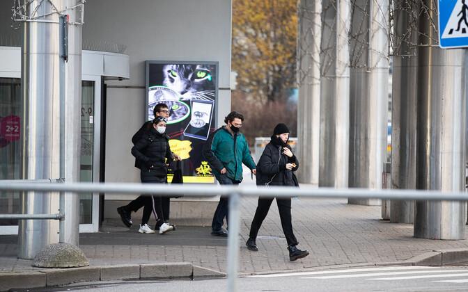 По требованию правительства в общественных местах следует надевать маски.