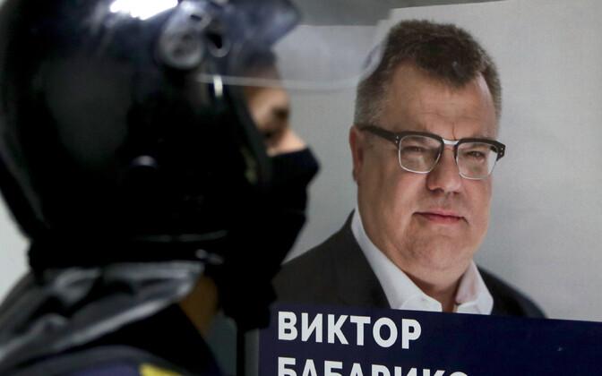 Babarõka plakat tema valimiskampaania peakorteri ees.