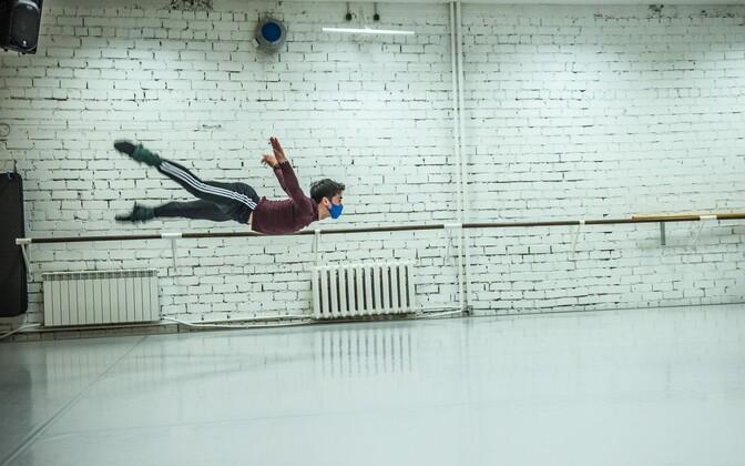 Teet Kask teeb proove Valgevene artisti, Valgevene Suure ooperi- ja balletiteatri esitantsija Takatoshi Machiyamaga.