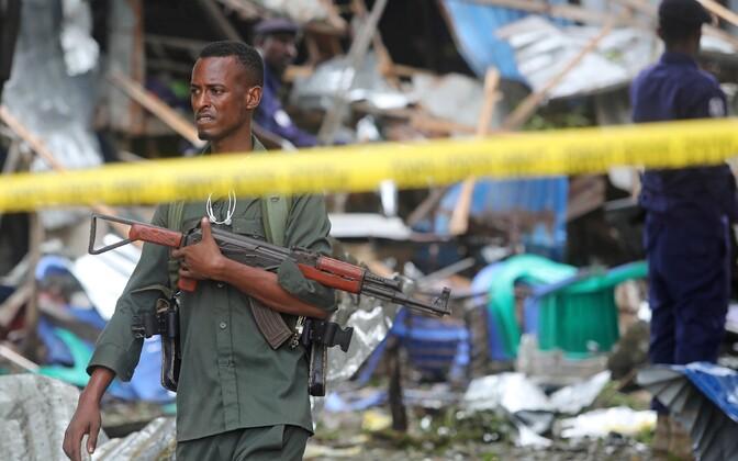 Somaalia politseinik hiljutise enesetapurünnaku asukohas.