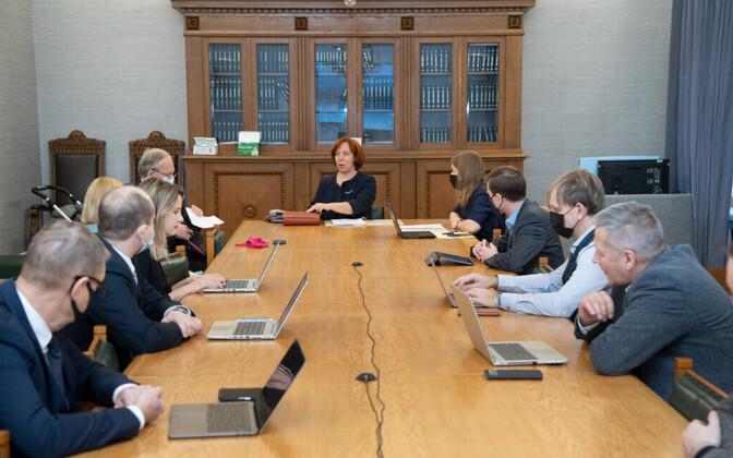 Майлис Репс (во главе стола) теперь руководит комиссией по делам ЕС.