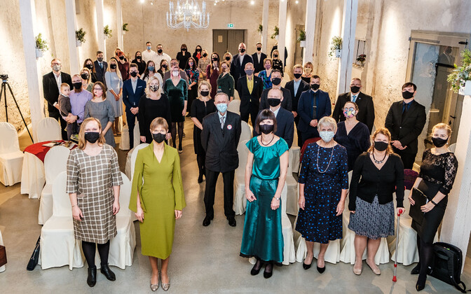 President Kersti Kaljulaid aasta vabatahtlikega Anija mõisas.