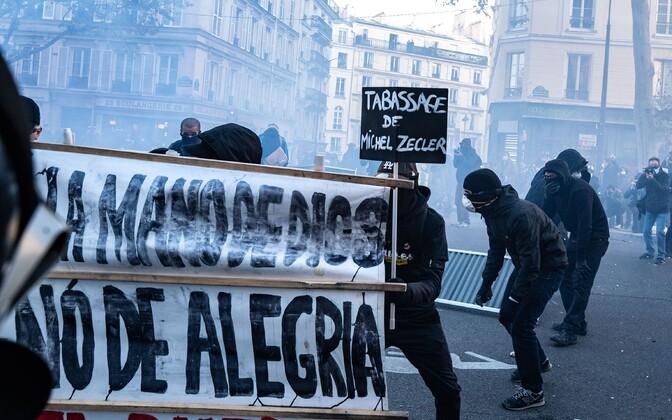 Üle 100 000 inimese avaldas Pariisis meelt Zecleri peksmise vastu. Meeleavalduse muutusid vägivaldseteks.