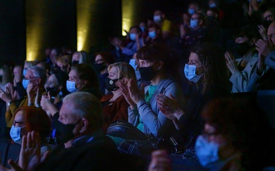 Maske kandev publik.