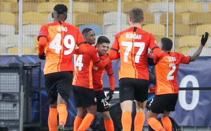 Donetski Šahtari mängijad väravat tähistamas.