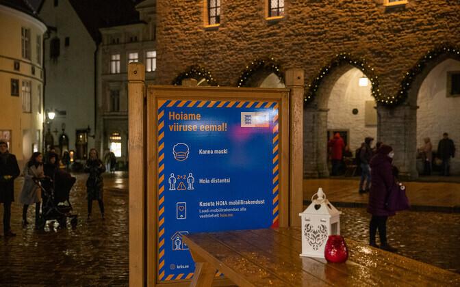 Ettevaatlikkusele manitsev silt Tallinna jõuluturul