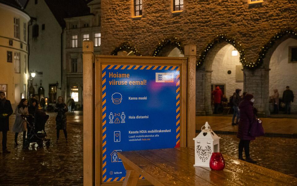 Предупредительный стенд на Ратушной площади в Таллинне.