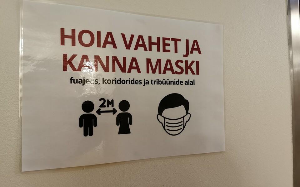 Тартуская горуправа раздает многоразовые маски  малообеспеченным семьям.