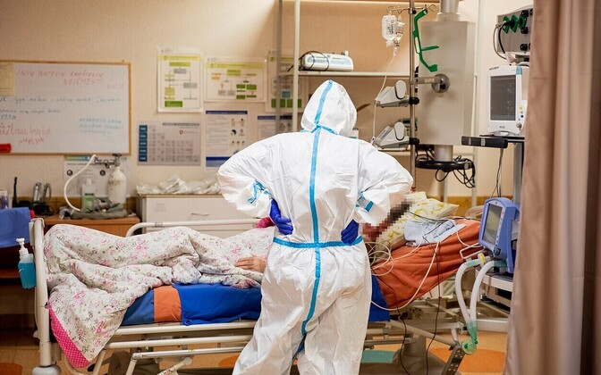 Пациент с коронавирусом и врач в больнице города Алитус в Литве.