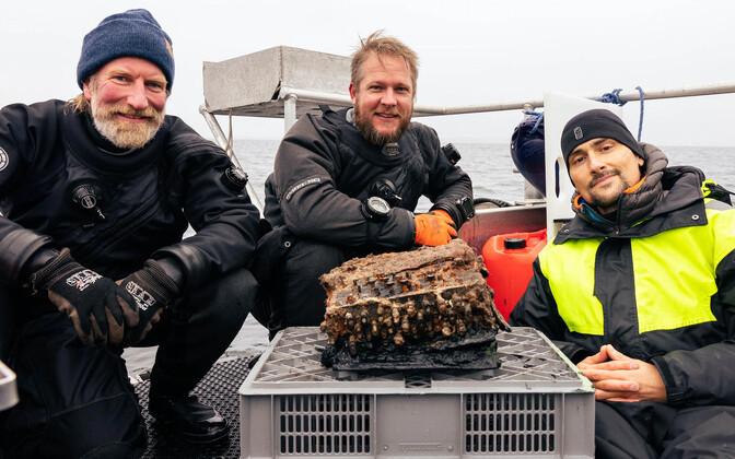 Sukeldumismeeskond koosseisus Christian Howe, Florian Huber ja Uli Kunz ning merest leitud Enigma.