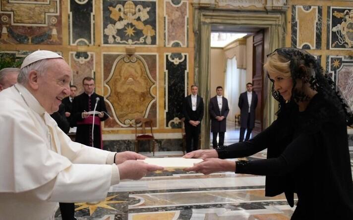 Сесия Кунингас-Саагпакк вручила верительные грамоты Папе Франциску.