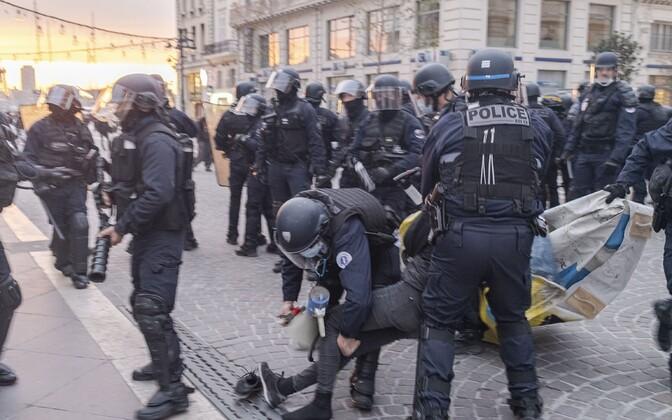 Prantsuse politseinikud laupäeval Marseille's meeleavaldajaid ohjeldamas.