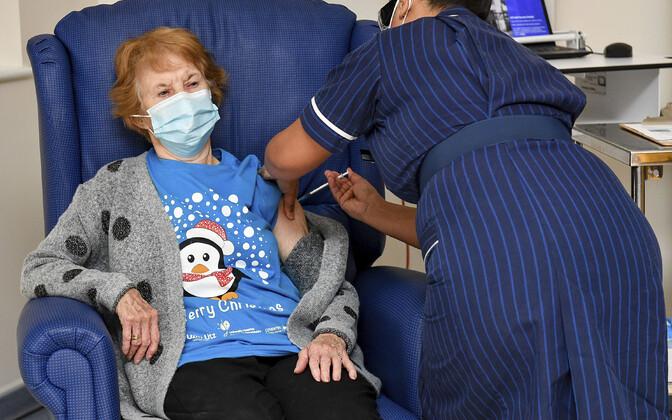 Маргарет Кинан первой в Великобритании ввели вакцину от коронавируса.